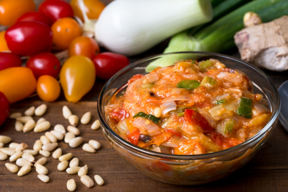 Roasted cherry tomato, spring onion, and pine nut chutney lr-7607